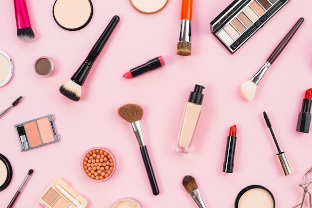 Lay-out van cosmetische en make-up schoonheidsproducten Gratis Foto