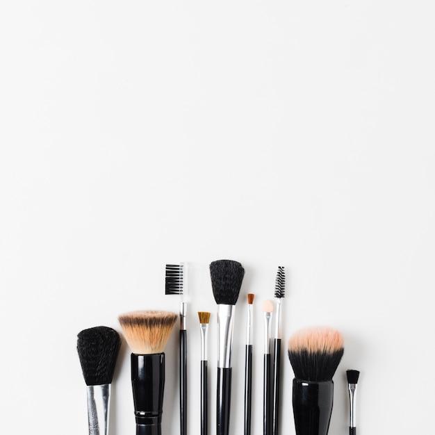 Lay-out van verschillende make-upborstels Gratis Foto