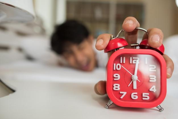 Lazy man wordt wakker in zijn slaapkamer Gratis Foto