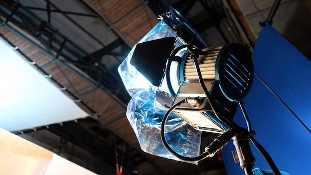 Led-verlichtingssysteem met kleurenfilterweergave van onderaf in een paviljoen op een filmset Gratis Foto