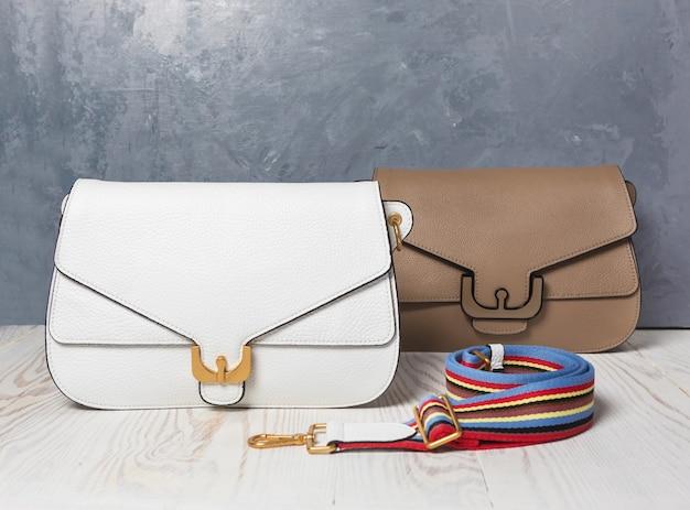 Lederen kleur vrouw handtassen geïsoleerde achtergrond Premium Foto