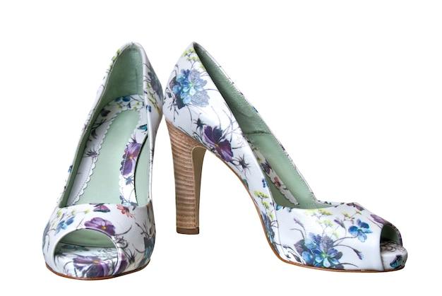 Lederen vrouwelijke schoenen geïsoleerd op wit met bloemen ornament Premium Foto