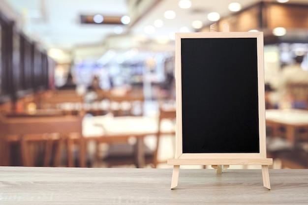 Leeg bord die zich op lijst over onduidelijk beeldkoffie bevinden met bokehachtergrond, ruimte voor tekst Premium Foto