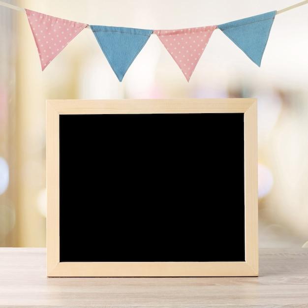 Leeg bord die zich over kleurrijke partijvlaggen en onduidelijk beeldachtergrond bevinden met exemplaarruimte voor tekst Premium Foto