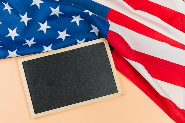 Leeg bord met de vlag van de vs Gratis Foto