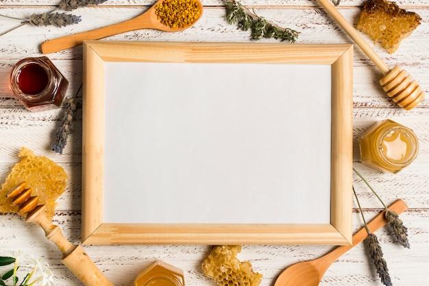 Leeg bord omgeven door honing Gratis Foto