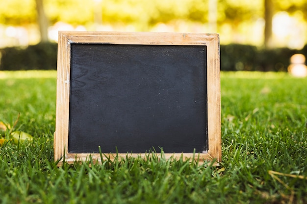 Leeg bord op groen gras Gratis Foto
