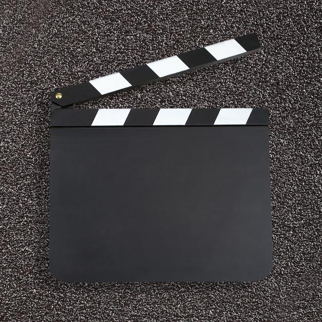 Leeg de kleppenraad van de filmproductie over donkere achtergrond met c Premium Foto