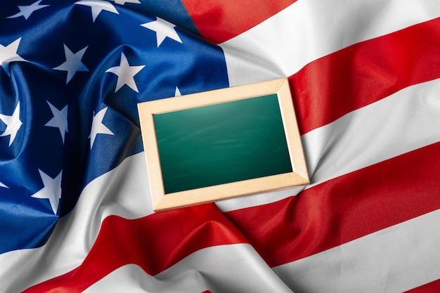 Leeg frame op amerikaanse vlagachtergrond Premium Foto