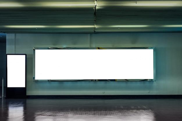 Leeg groot billboard met digitale mock-up uithangbord Premium Foto