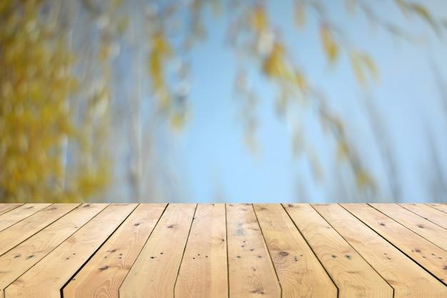 Leeg houten tafelblad met boomtak vage achtergrond Premium Foto