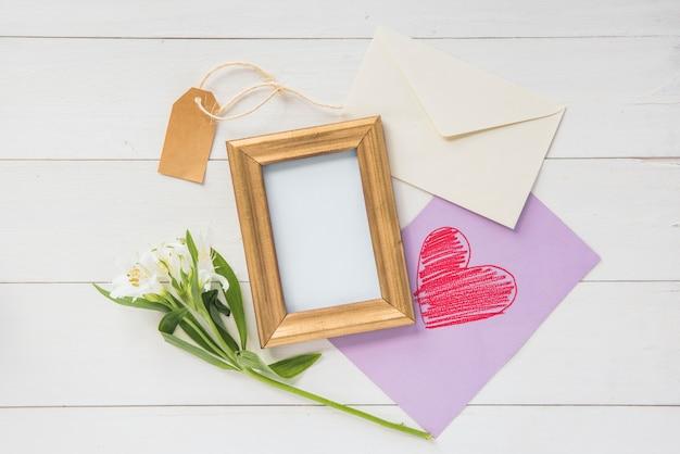 Leeg kader met bloemen en harttekening Gratis Foto