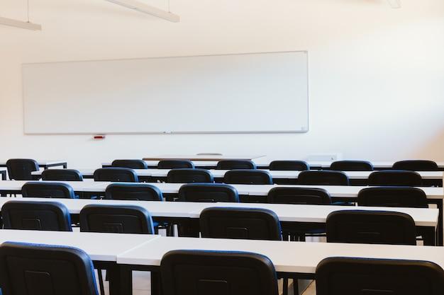 Leeg klaslokaal op onderwijsuniversiteit Premium Foto