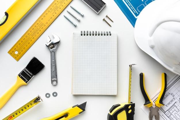 Leeg klembord en hulpmiddelen met exemplaarruimte Gratis Foto