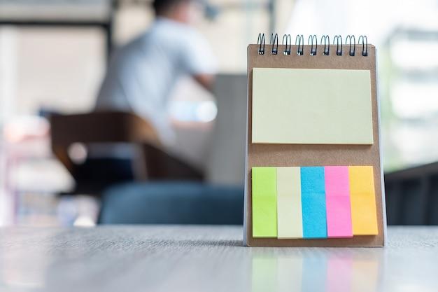 Leeg kleurrijk notadocument of leeg herinneringssjabloon Premium Foto