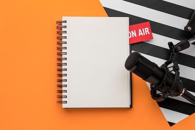 Leeg notitieboekje en microfoon Gratis Foto