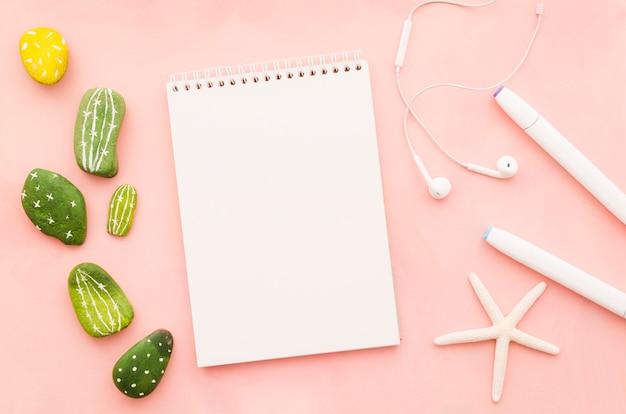 Leeg notitieboekje met oortelefoons en overzeese ster Gratis Foto