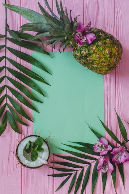 Leeg papier en heerlijke vruchten op houten oppervlak Gratis Foto