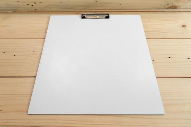 Leeg plastic klembord op de tafel Premium Foto