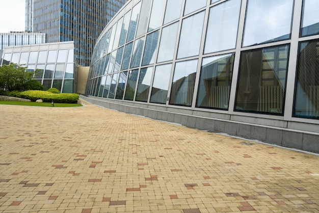 Leeg plein en modern kantoorgebouw, qingdao, china Premium Foto