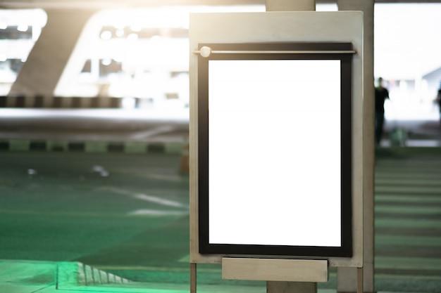 Leeg reclameaanplakbord bij luchthaven. Premium Foto