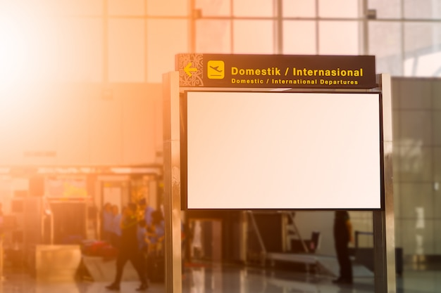 Leeg reclamebord op de luchthaven Premium Foto