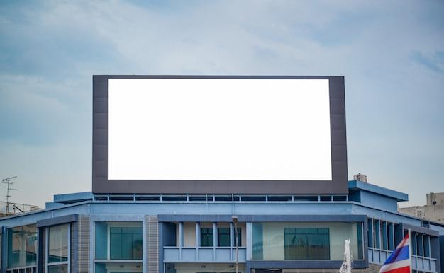 Leeg reclamebord op de weg Premium Foto