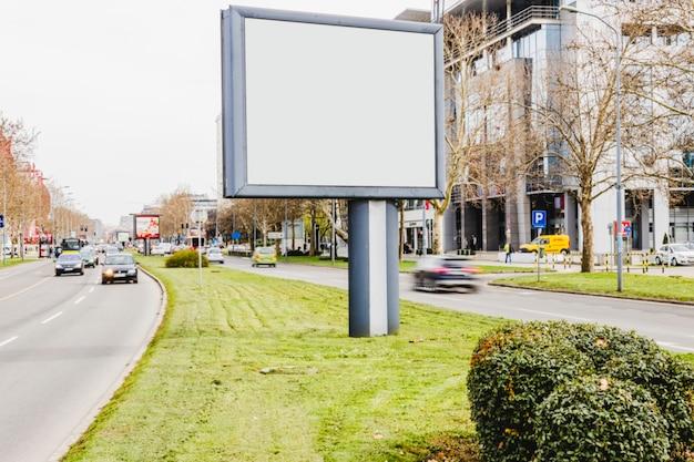 Leeg reclamebord op weg in de stad Gratis Foto