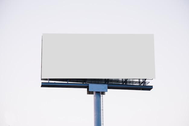 Leeg reclamebord voor nieuwe advertentie geïsoleerd op een witte achtergrond Premium Foto