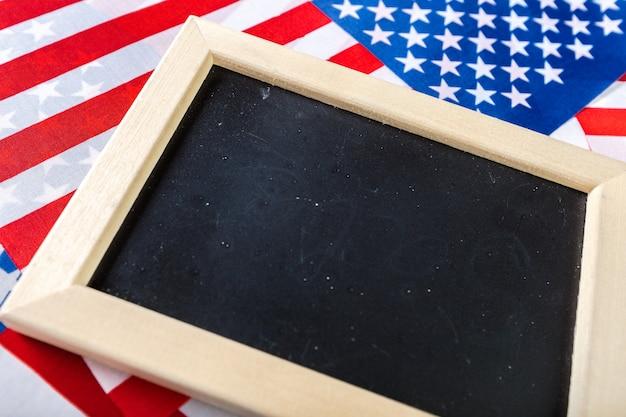 Leeg schoolbord met amerikaanse vlag Premium Foto