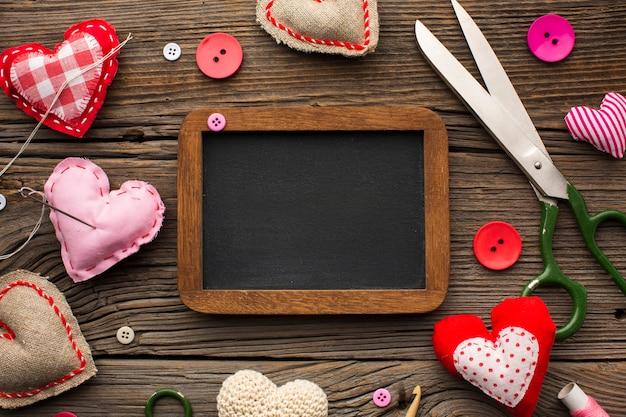 Leeg schoolbord omringd door fournituren accessoires Gratis Foto