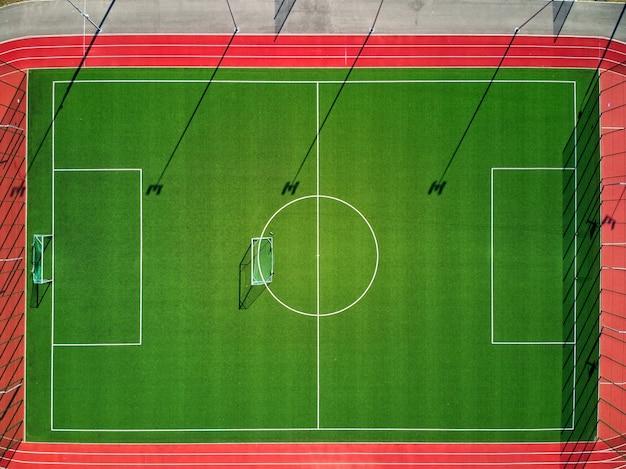 Leeg sportveld van bovenaf dat voor het publiek gesloten is Premium Foto