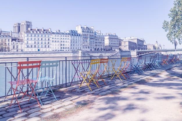 Leeg terras aan de oevers van de seine, parijs, frankrijk. Premium Foto