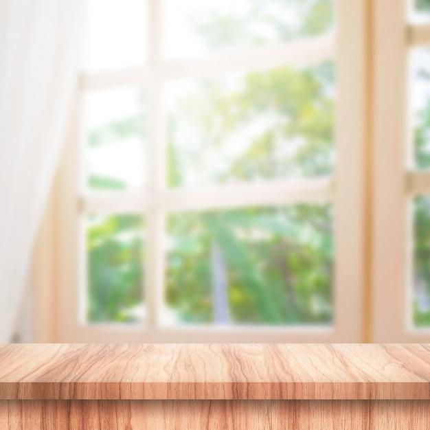 Leeg van houten tafelblad op gordijn en raam Premium Foto