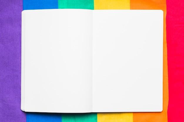 Leeg voorbeeldenboek op regenboogachtergrond Gratis Foto