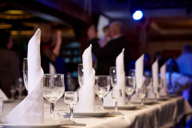 Leeg wijnglas op de banketlijst. lijst het plaatsen voor een banket of een dinerpartij. Premium Foto
