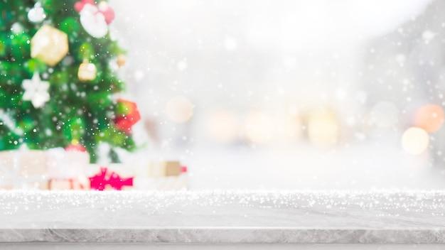 Leeg wit marmeren steenlijstblad met bokehlicht op vage kerstboombanner Premium Foto