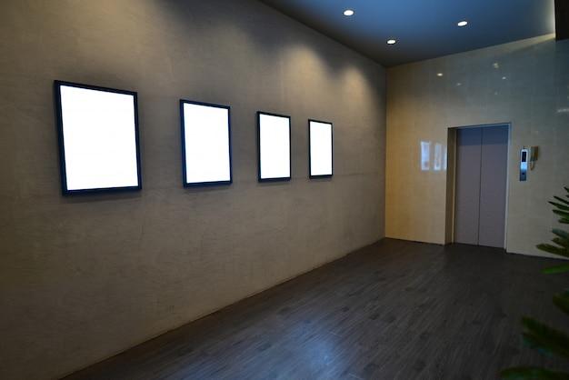 Leeg wit uithangbord op grijze achtergrond Premium Foto