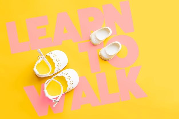 Leer lopen, eerste stappen en handslat lay-concept Premium Foto