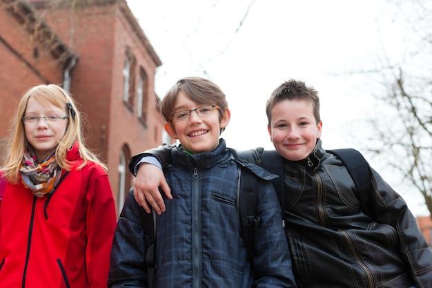 Leerlingen op het schoolplein van hun school Premium Foto