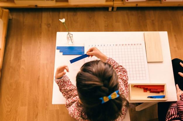 Leermateriaal in een montessori-methodologieschool die door kinderen wordt gemanipuleerd Premium Foto