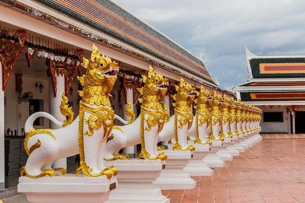 Leeuwstandbeeld in aziatische stijl bij phuyat choavi woravihan tempel, sakol nakon, thailand Premium Foto