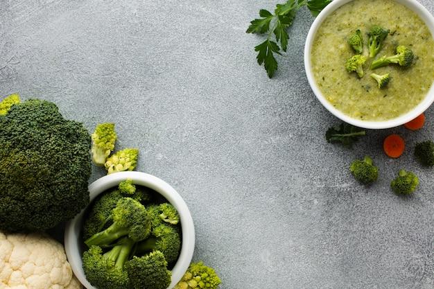 Leg broccoligroenten en bisque plat Gratis Foto