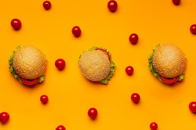 Leg burgers met cherrytomaatjes plat Gratis Foto