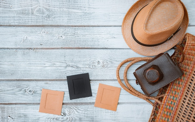Leg een plat witte houten achtergrond, vintage zomeraccessoires, vintage filmcamera, bewaar herinneringen aan de zomer. afbeeldingen in frames Gratis Foto