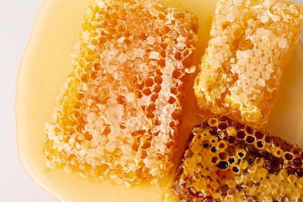 Leg honingraten plat op honing Gratis Foto