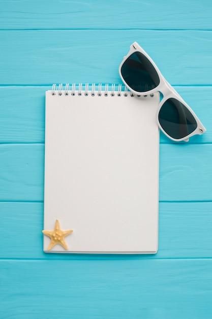 Leg notitieboekje met zonnebril Gratis Foto