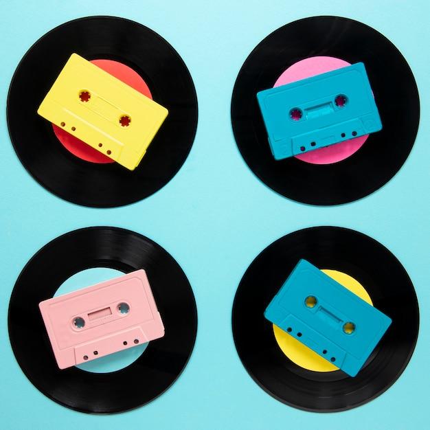 Leg oude vinylschijven plat met cassettebandje Gratis Foto