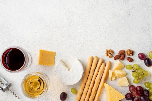 Leg wijn en kaas plat om te proeven met kopie-ruimte Gratis Foto