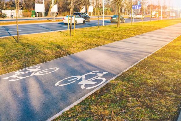 Lege asfaltfietspad in stad met groen gras Premium Foto